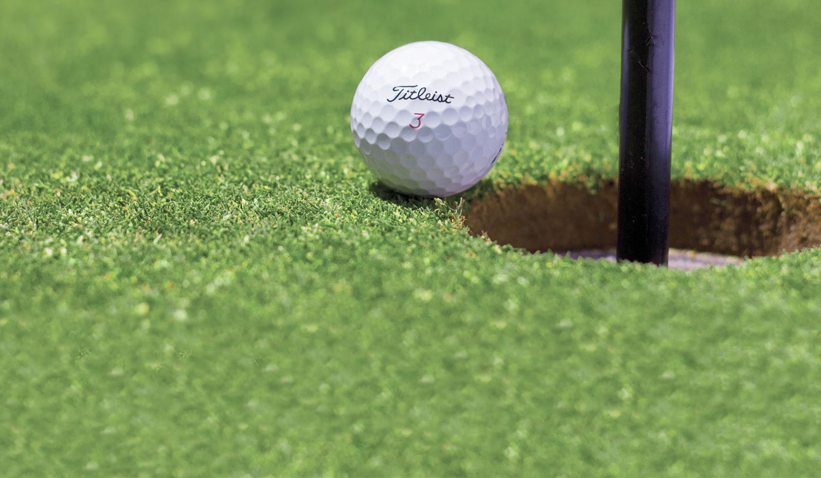 Golfball vor dem Loch