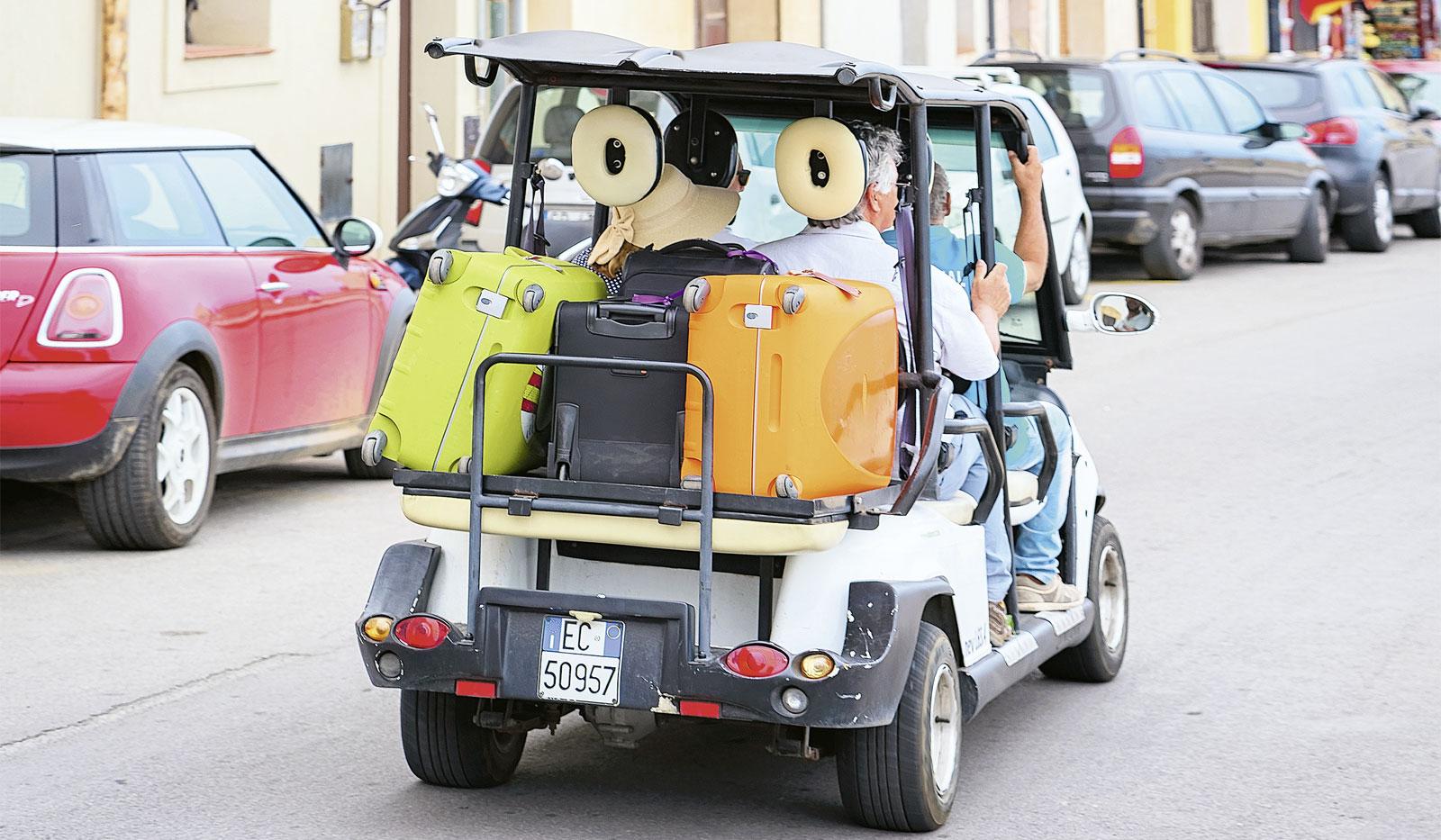 Golfmobil beladen mit viel Gepäck