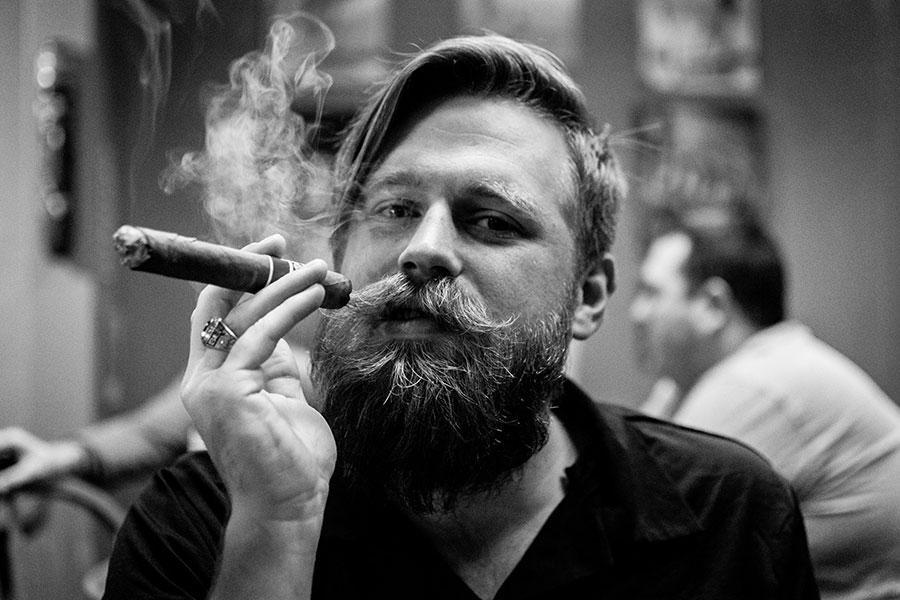 Zigarre rauchen stilvoll