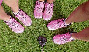 3 Paar pinke Schuhe im Kreis von Oben