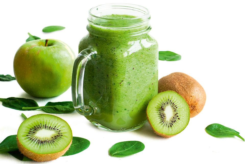 grüner Smoothie mit Kiwi und Apfel.
