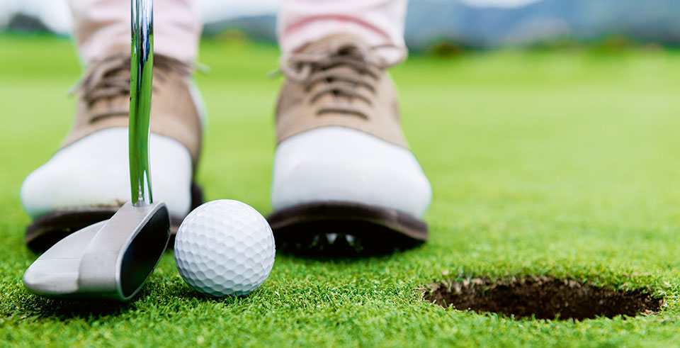 Nahaufnahme Golfball auf Golfplatz