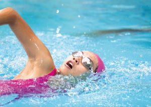Schwimmerin beim Kraulen.