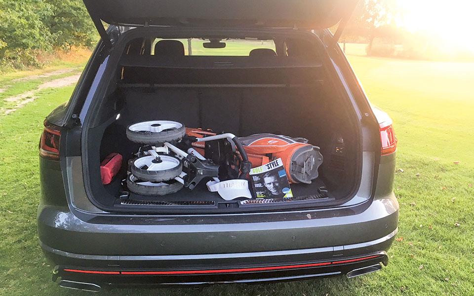 Touareg Kofferraum mit Golftrolley und Golf'n'Style.