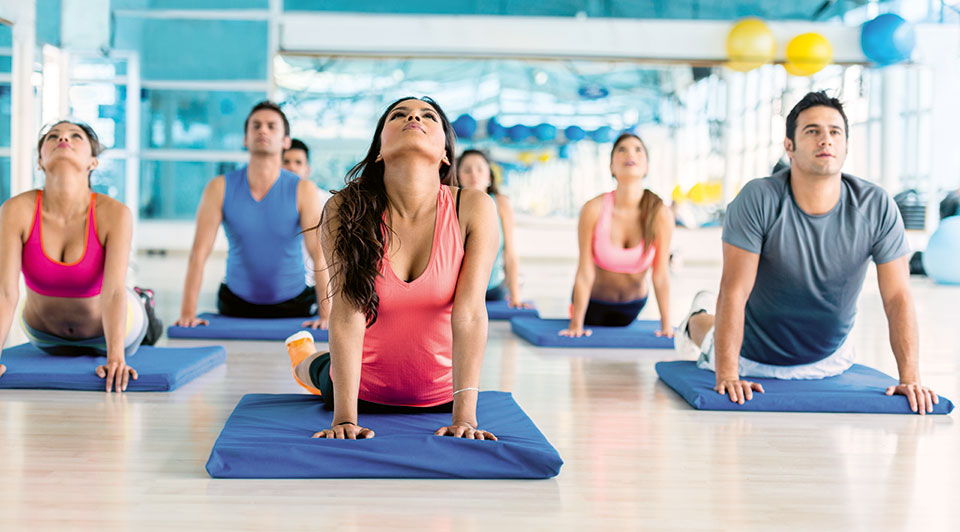 Gruppe von jungen Leuten beim Yoga.