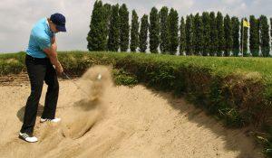 Golf-Abschlag aus einem Bunker