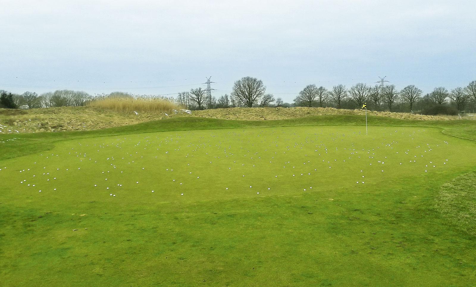 Golfplatz mit vielen Pitchmarken