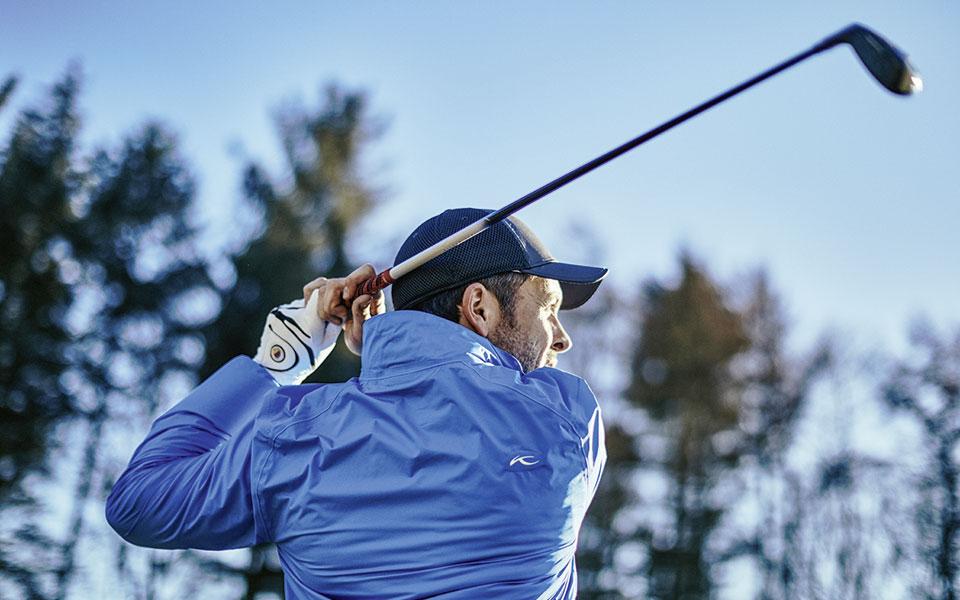 jan Hartmann mit Golfschläger in der Hand.