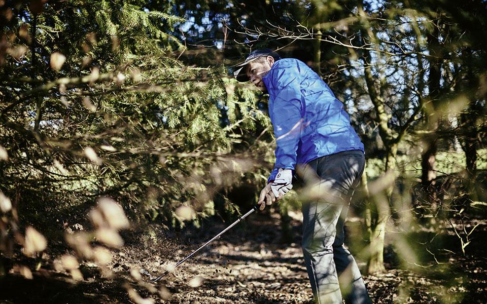 Jan Hartmann spielt Golf im Wald