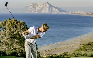 Golfspieler auf Golfplatz an der Küste