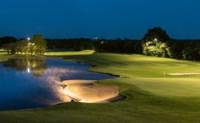 Mit Flutlicht beleuchteter Golfplatz