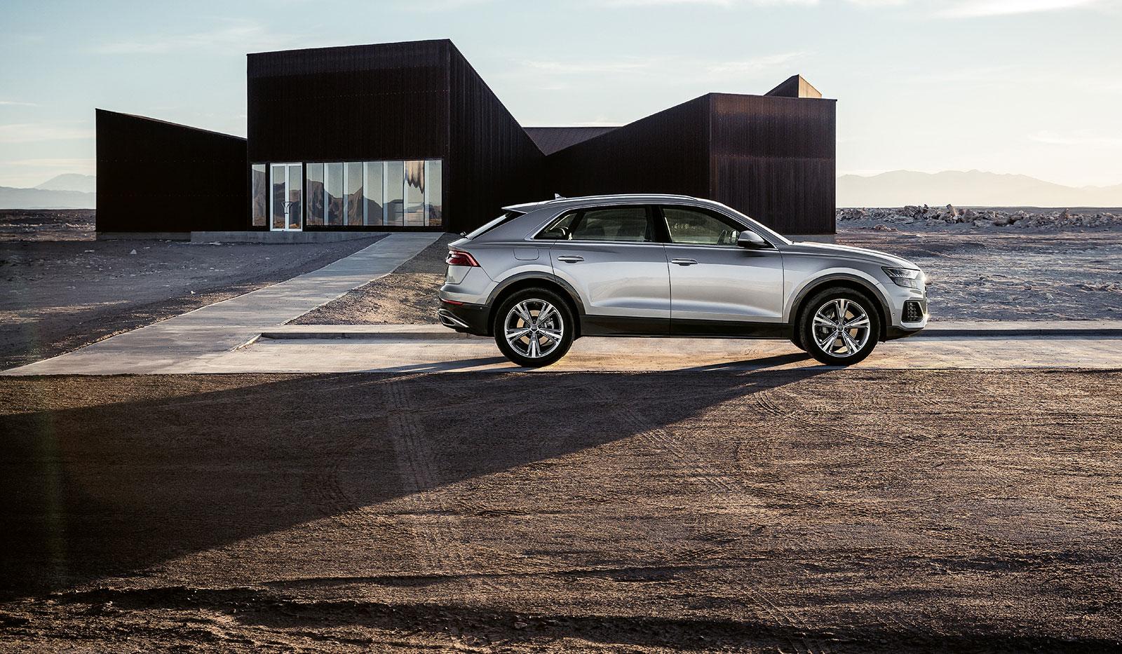Audi Q8 in Wüstenlandschaft