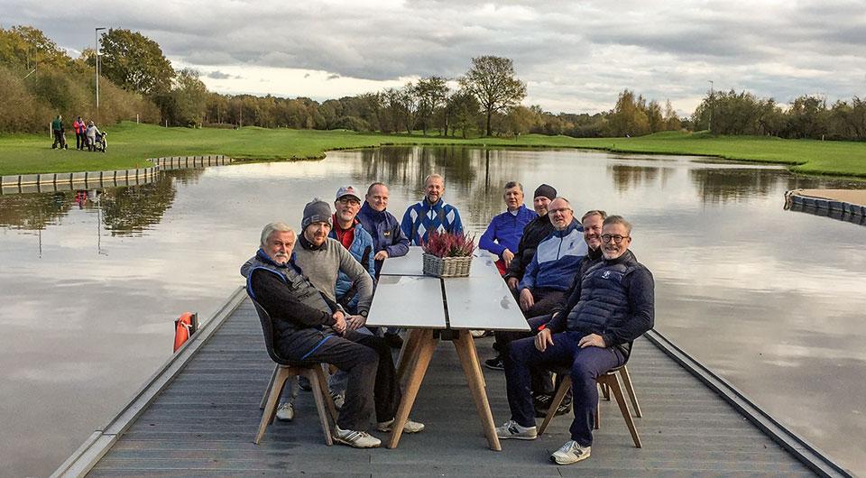 Markus Salzmann und seine Golfmannschaft auf der Terrasse von Gut Apeldör