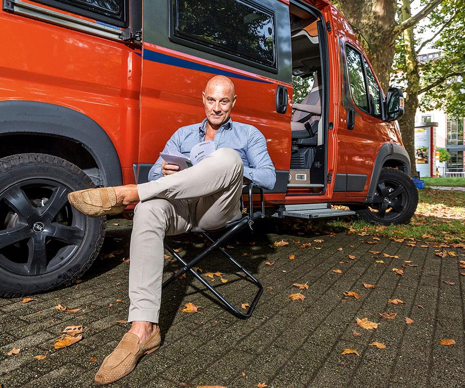 Simon Licht vor seinem Wohnwagen während des Drehs