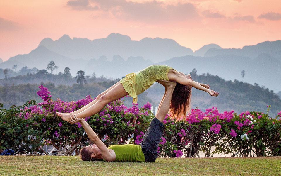Acro Yoga Übung in der Natur