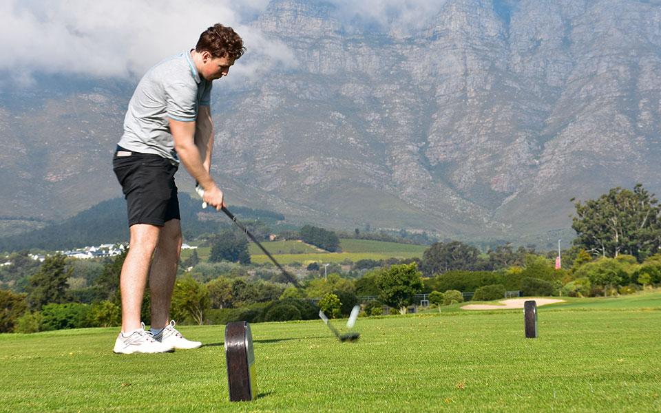 Golfspieler auf Golfplatz De Zalze