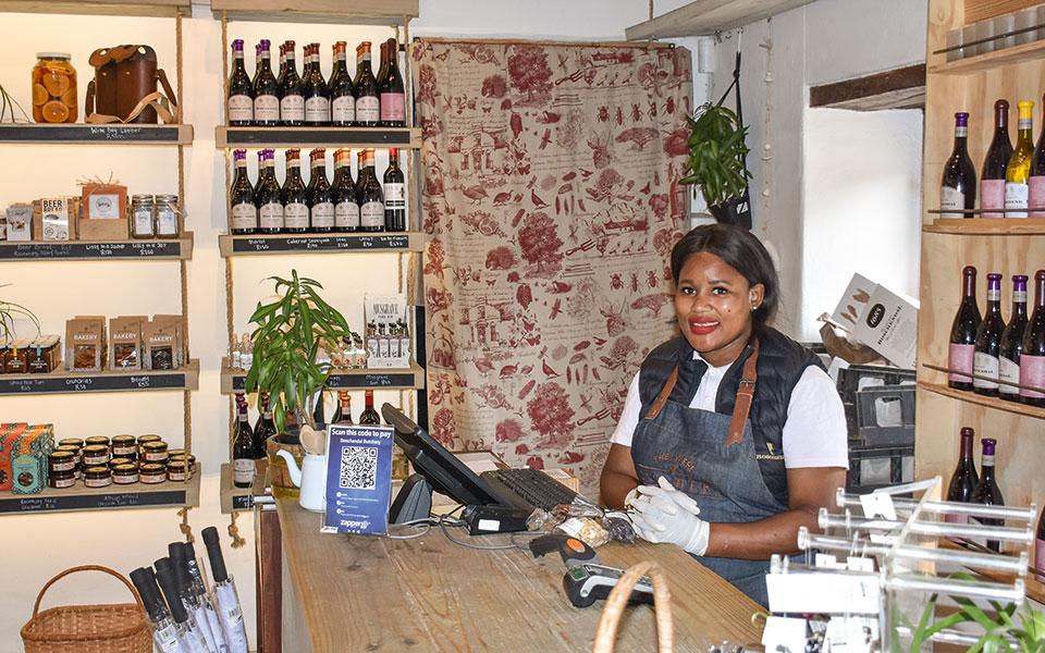 Verkäuferin eines Weinladens