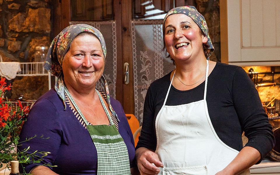 Zwei Damen beim Kochen