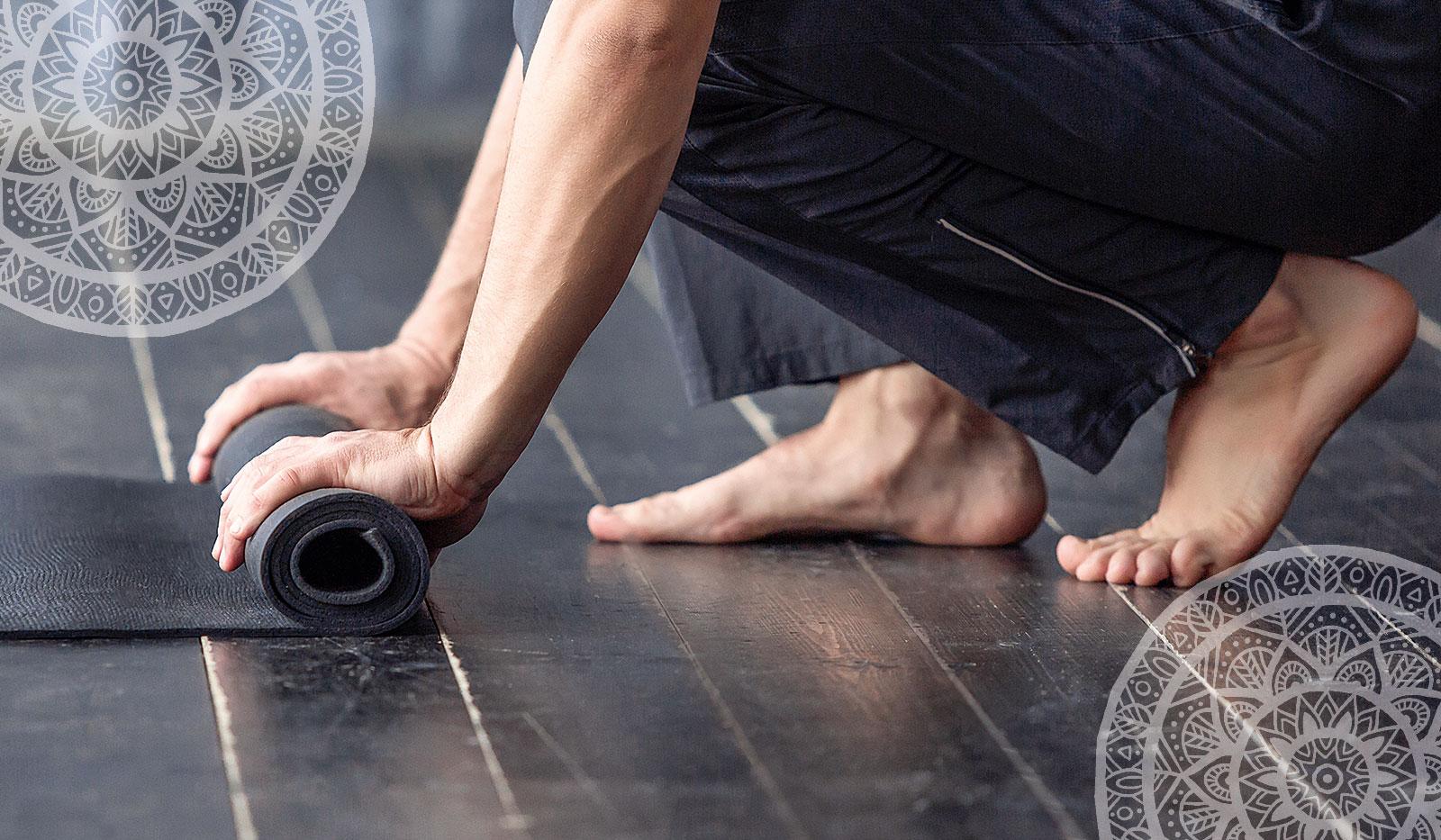 Yogamatte wird ausgerollt