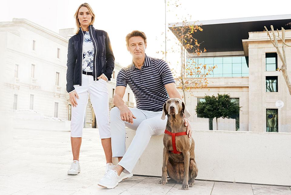 Pärchen mit Hund in Golf-Klamotten
