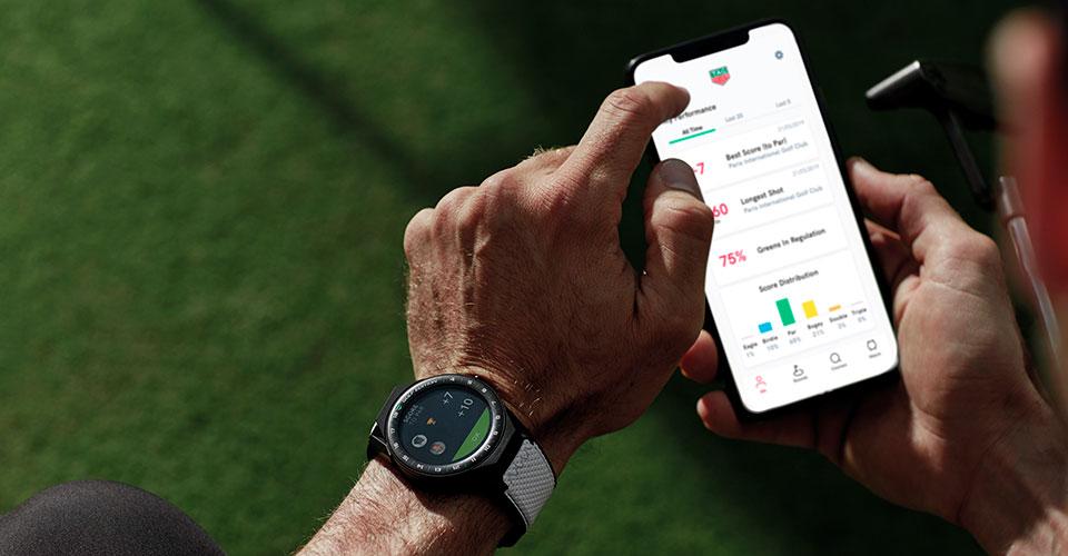 Smartphone mit der TAG Heuer Golf App, welche sich mit der Smartwatch verbindet