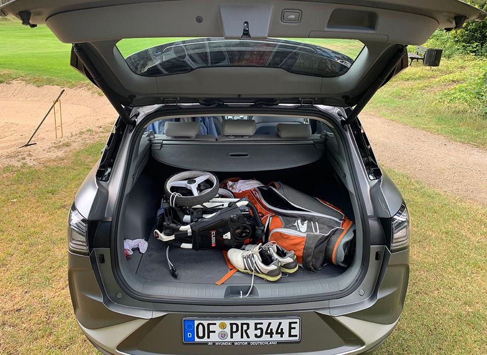Kofferraum Hyundai Nexo mit Golfbag, und Golfequipment