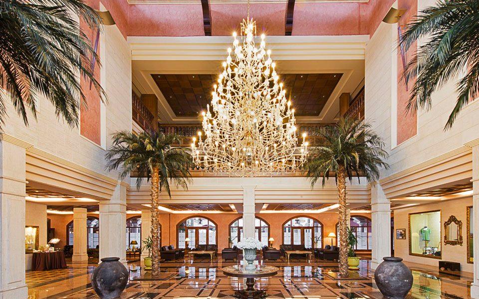 Hotellobby mit Kronleuchter