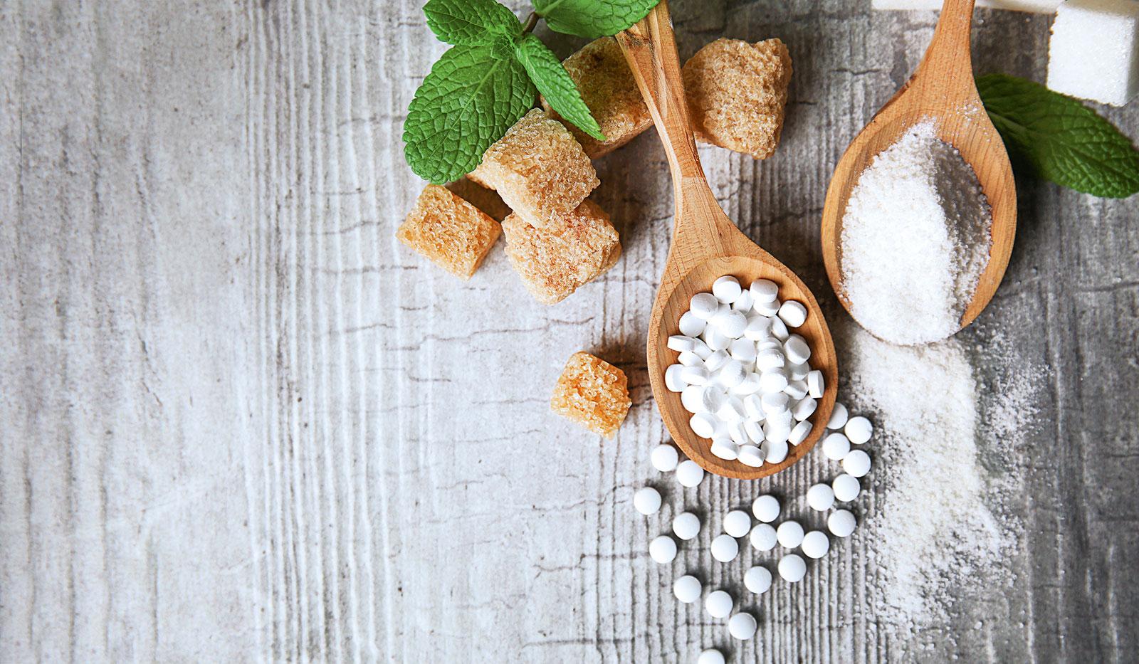 Holzlöffel mit Zucker und Zuckerersatzmitteln