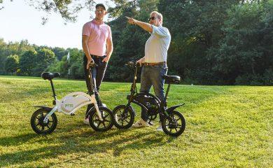 Golfspieler mit eMo-Bike auf Golfplatz