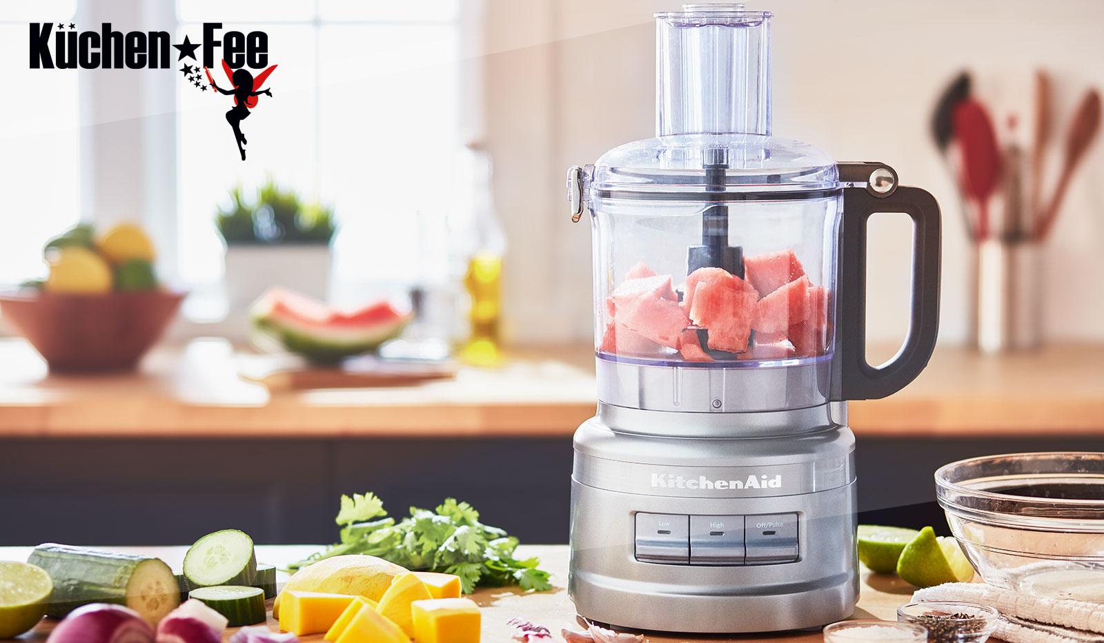 KitchenAid Food Processor auf Arbeitsfläche mit unterschiedlichen Gemüsesorten