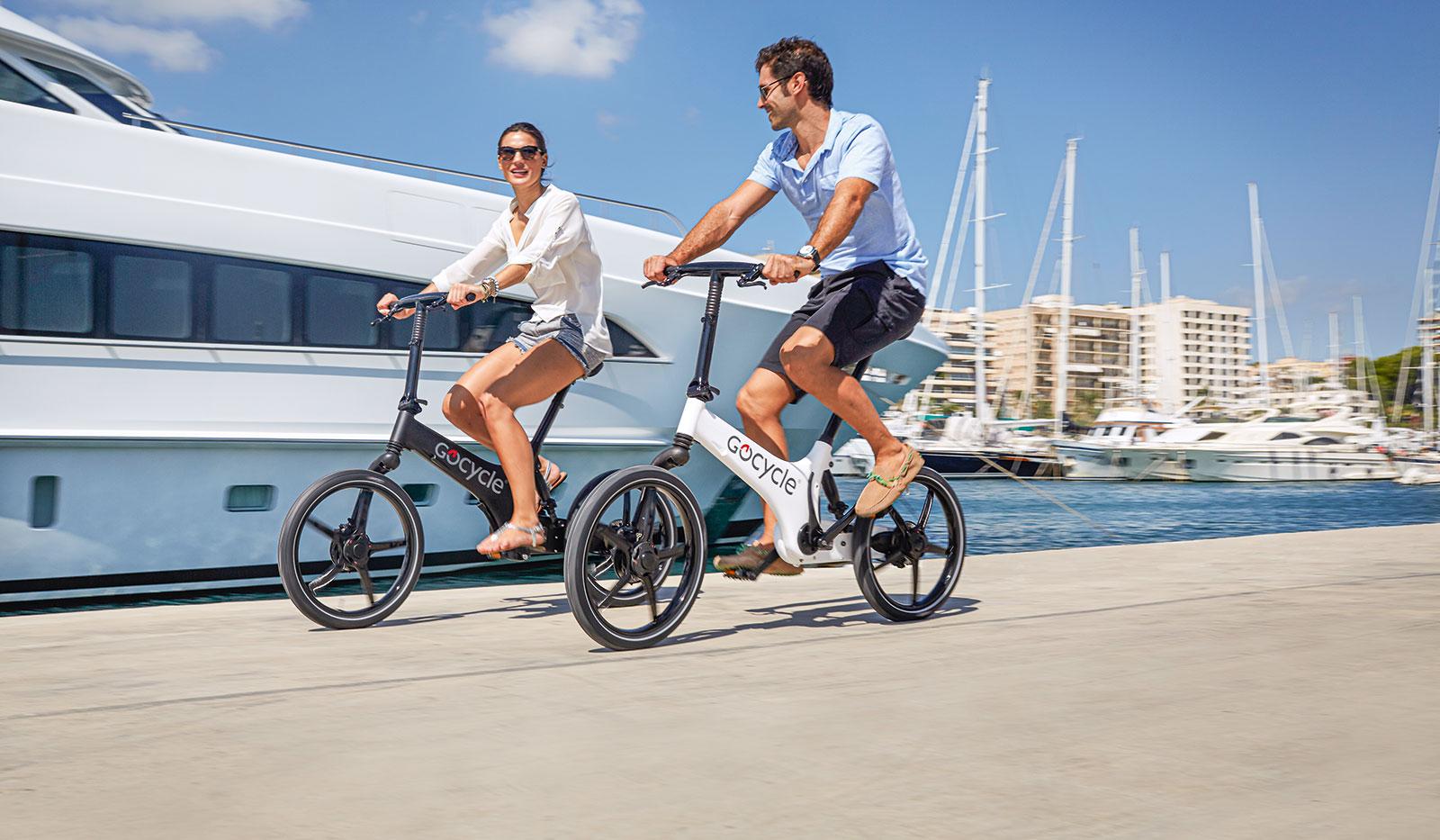 Pärchen fährt Gocycle-E-Bikes im Hafen
