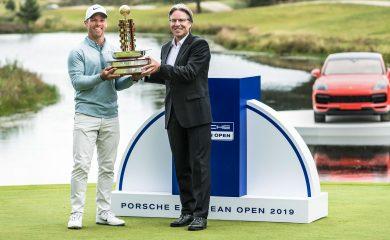Porsche European Open Sieger Paul Casey und Andreas Haffner halten Pokal