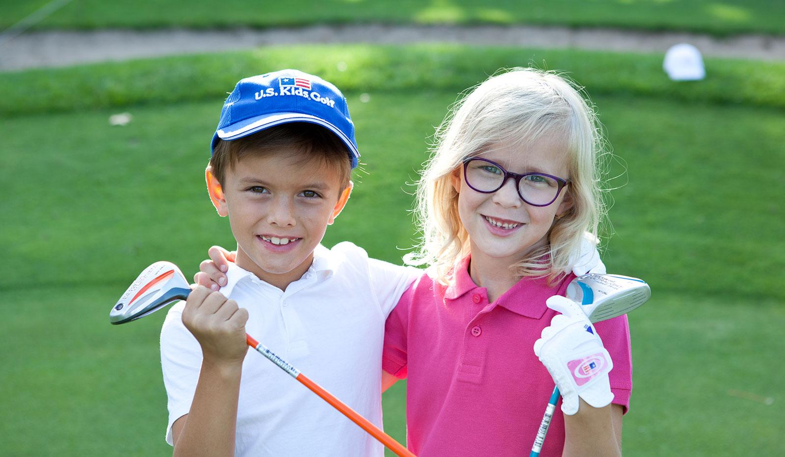 Kinder mit U.S. Kids Golf Golfschlägern