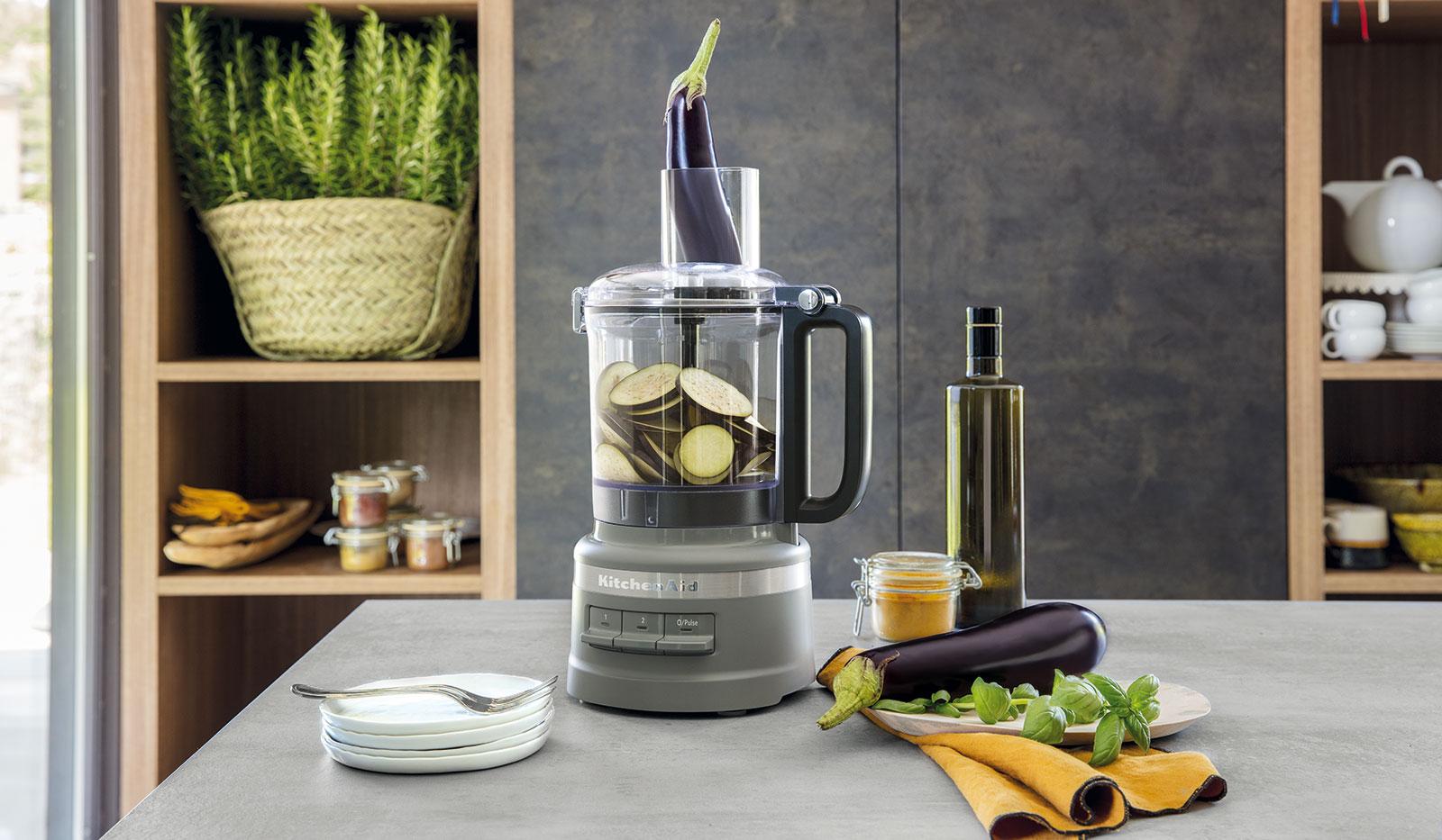 2,1 Liter Food Processor in silber von KitchenAid auf grauer Arbeitsfläche