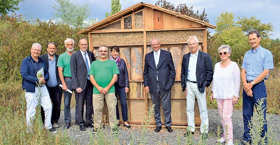 Golf & Natur Mitglieder vor neuem Insektenhotel