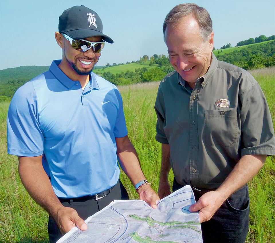 Tiger Woods hält Landkarte mit Architekten in der Hand