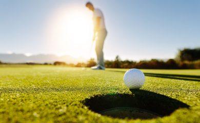 Golfball kurz vorm Hole