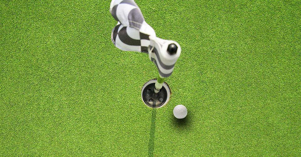 Golfball kurz vorm einlochen