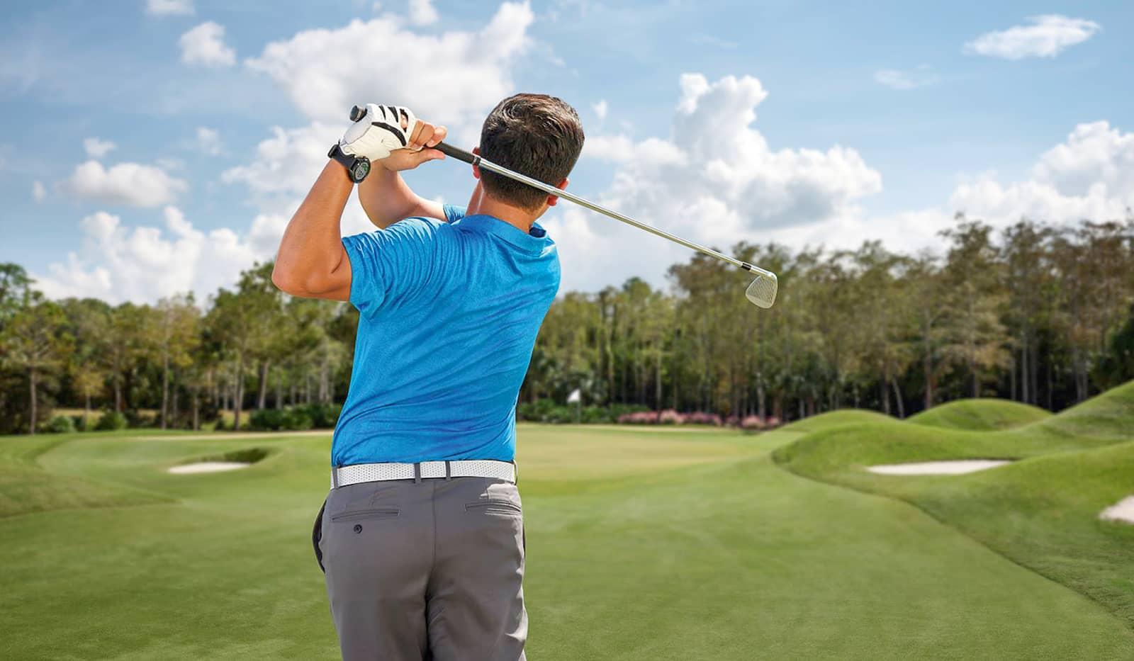 Golfer beim Abschlag, trägt Garmin