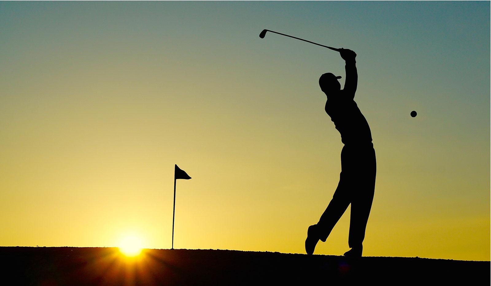 Golfabschlag Sonnenuntergang
