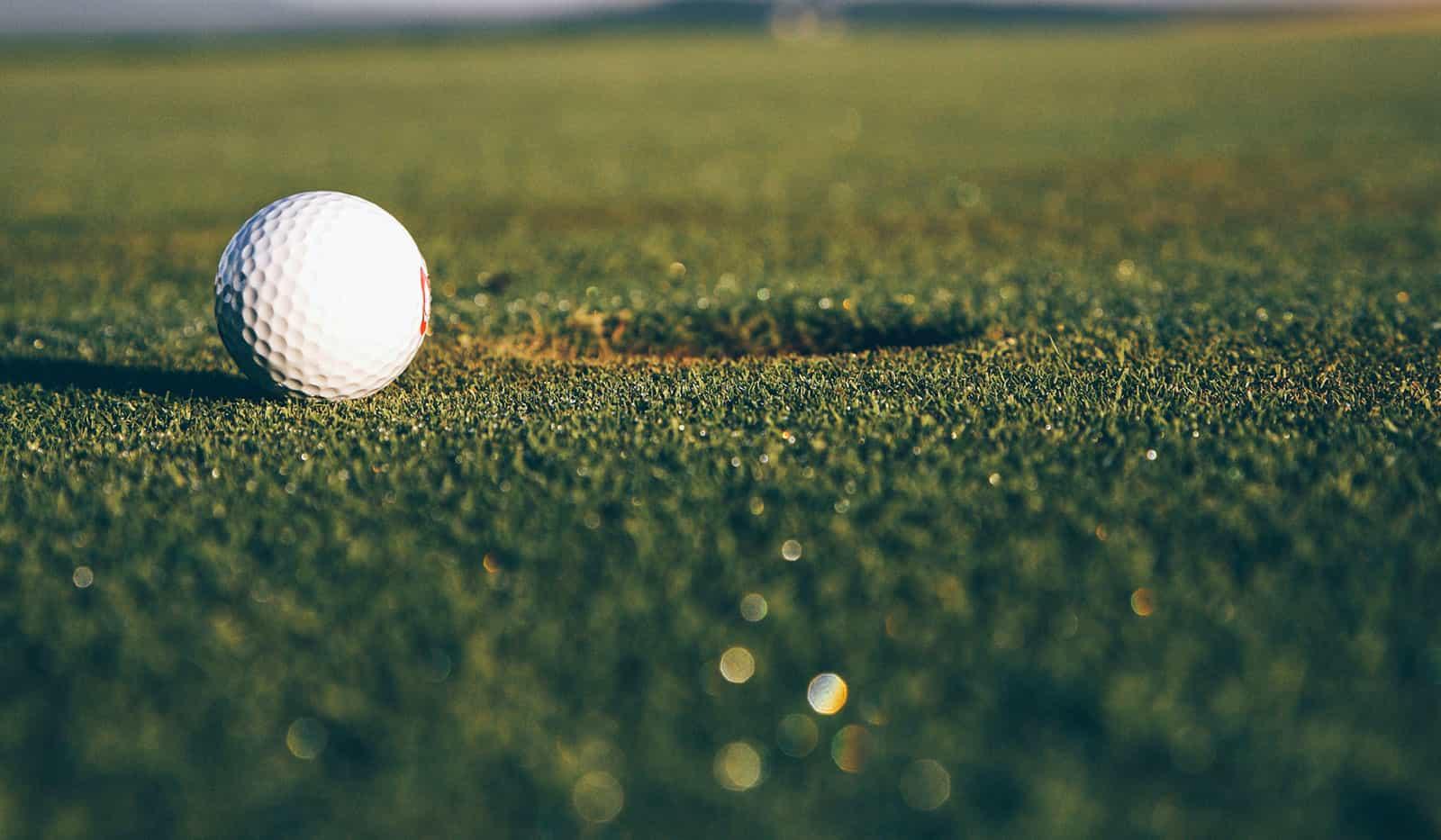 Golfball vor Hole