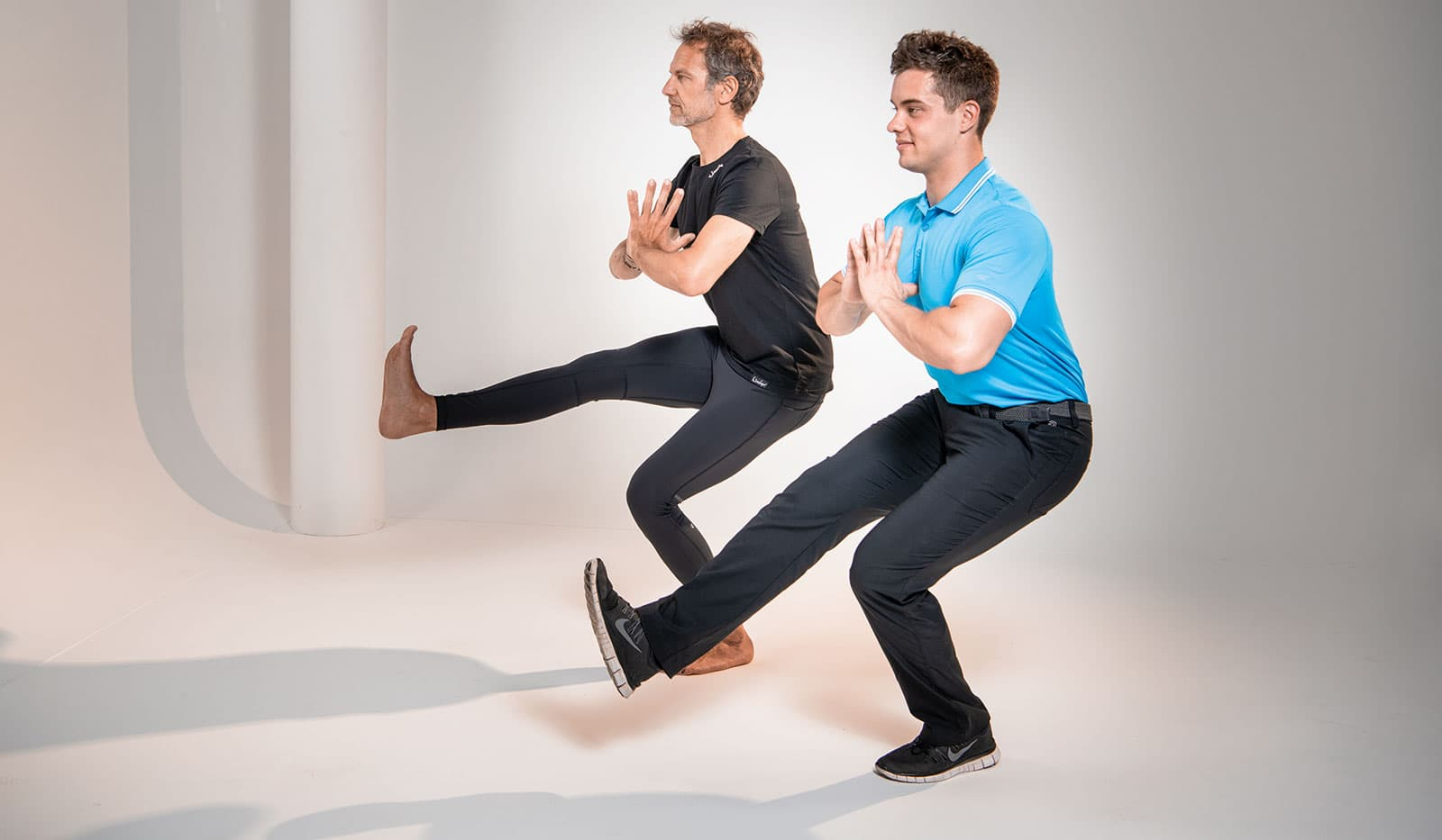 """Pilatesübung """"einbein Kniebeuge"""" mit Sven Dyhr und Christian Lutz"""