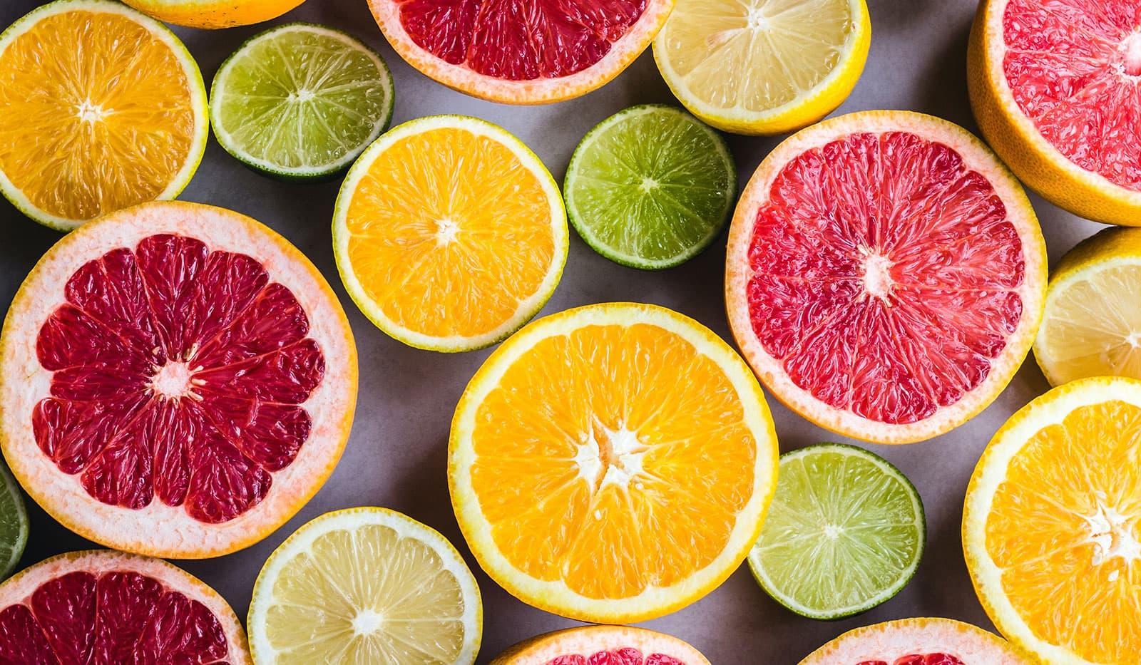 Aufgeschnittene Orangen, Limetten, Blutorangen