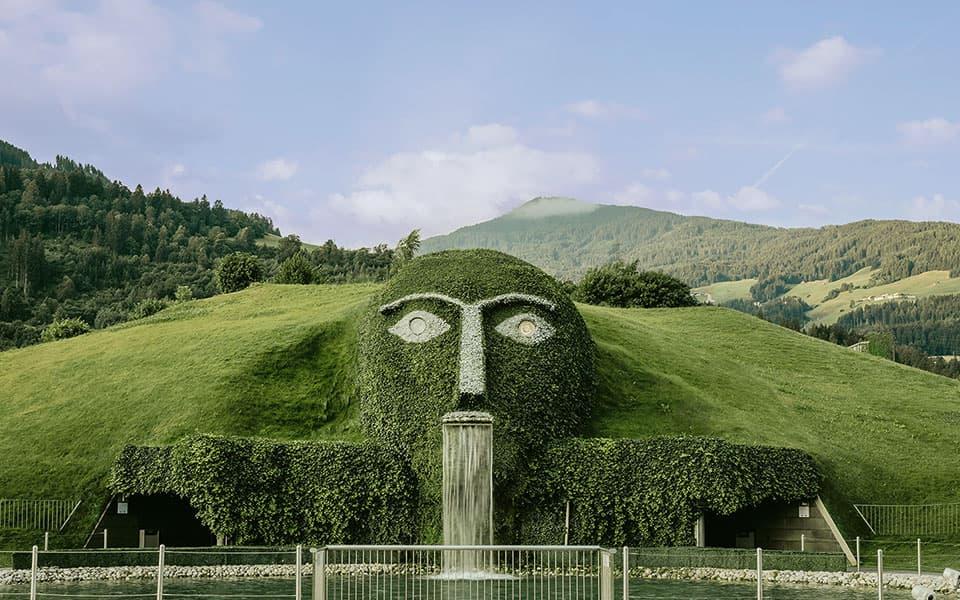 Swarovsk Kristallwelten Emanuel Kaser bewachsener Brunnen