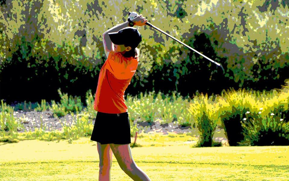 Golferin Abschlag