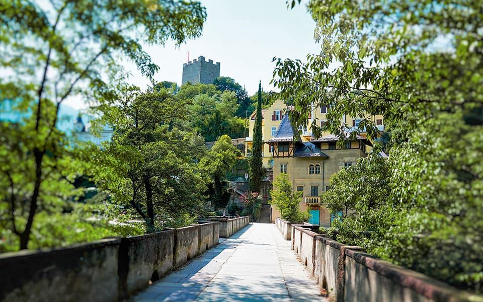 Brücke zu altem Schloss