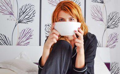 Frau mit großer Teetasse