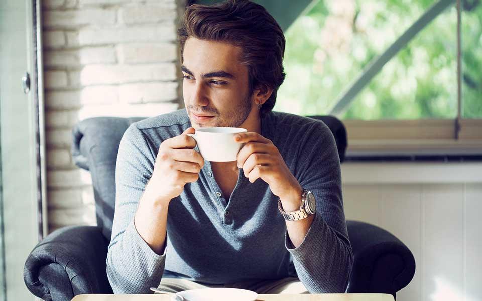 Mann mit Teetasse