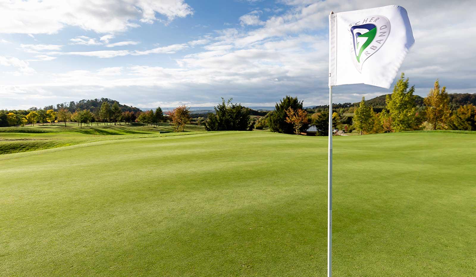 Golfplatz mit DGV Flagge
