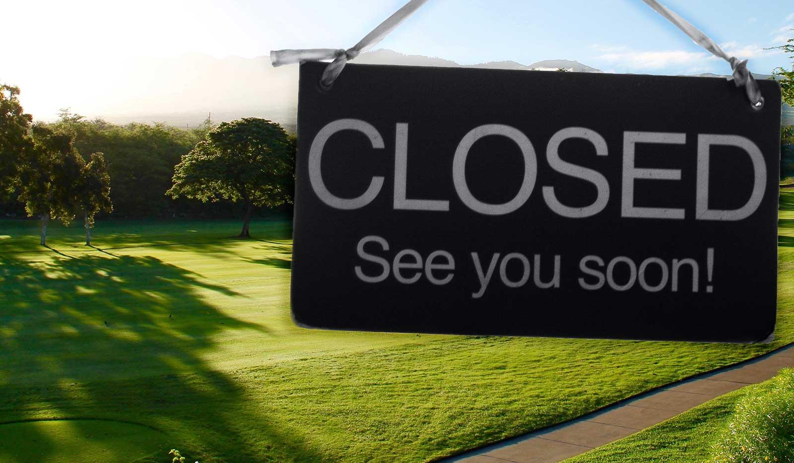 Golfplatz mit Geschlossen Schild im Vordergrund